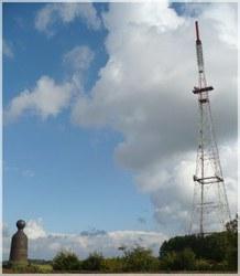 Borne géodésique et pylône de MSG.jpg
